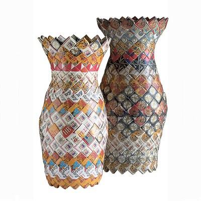 Upcycling: Aus leeren Zigarettenschachteln, die sonst in den Müll wandern, entstehen Vasen in modernem Design. © Brigitte Felderer, Foto: Stefan Wiltschegg